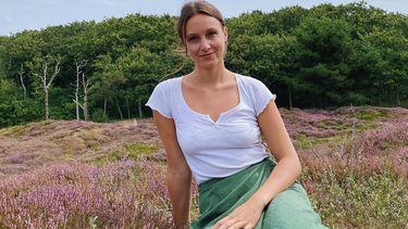 Een foto van Kiki Schollaardt in de serie over zwerfafval