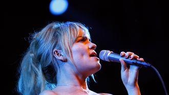 Op deze foto zie je de Engelse zangeres Duffy.