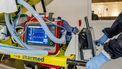 Een foto van medische apperatuur aan een rolbed vast. RIVM: 15 nieuwe coronadoden, 164 nieuwe besmettingen