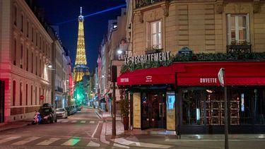 Een foto van Parijs in coronatijd: lege straten
