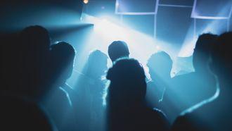 Mensen op een feestje in de nacht.