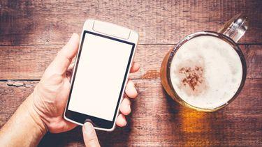 Een foto van bier en tegelijkertijd WhatsApp