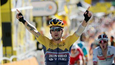 Een foto van Roglic die juichend de finish passeert