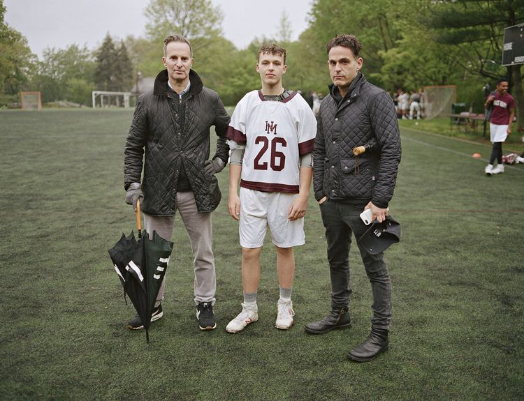 Tom en Mike met hun zoon Jack bij een lacrossepraktijk op Horace Mann School, Bronx, New Yor