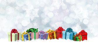 Een foto van kerstpakketten in de sneeuw