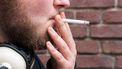 Een foto van een man die zich nog niet houdt aan het rookverbod