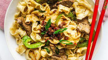 Kantonese noodles met stukjes biefstuk