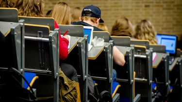 Een foto van studenten in collegebanken