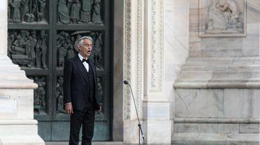 Zien: Andrea Bocelli zingt voor lege Dom in Milaan