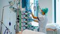 Een foto van een ziekenhuismedewerkster die het steeds drukker heeft aangezien Nederland zich niet voldoende aan de coronamaatregelen houdt