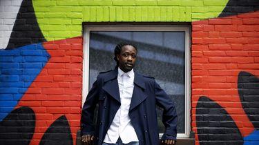 Op deze foto is schrijver en rapper Akwasi te zien.