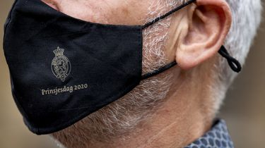 Een foto van een mondkapje met de tekst Prinsjesdag