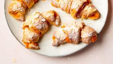 Croissants met pompoen, spek en amandelen