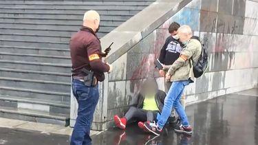 Een foto van de aanhouding van een van de verdachten van de steekpartij in Parijs