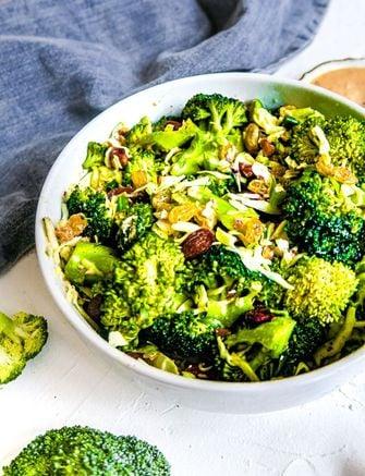 Broccolisalade met amandel en miso-sinaasappeldressing