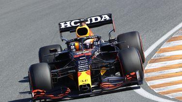 Max Verstappen in actie tijdens de kwalificatie op het circuit van Zandvoort.