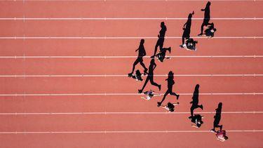 mensen rennen op atletiekbaan