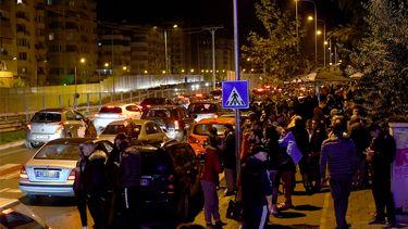 Inwoners van de plaats Tirana verzamelen buiten na twee aardbevingen.
