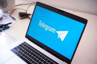 Een foto van een laptop met Telegram