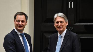 Op deze foto is de nieuwe Belgische premier Alexander De Croo te zien, hij schudt de hand van de Britse Philip Hammond.