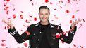 Een foto van Fred van Leer tussen vallende rozenblaadjes