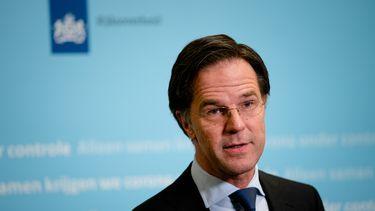 Een foto van Mark Rutte die met de Tweede Kamer in debat gaat over de avondklok