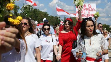 Op deze foto is een groep betogers te zien in Minsk, die meelopen met de Mars voor vrijheid.