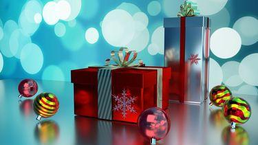 Een foto van een kerstpakket tussen de kerstballen