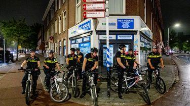 Op deze foto is een groep politieagenten te zien in de Haagse Schilderswijk.