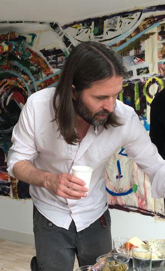 Een foto van kunstenaar Feike Otto van der Zee aan het werk