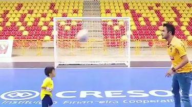 Zaalvoetballer houdt bal hoog met 7-jarig talentje