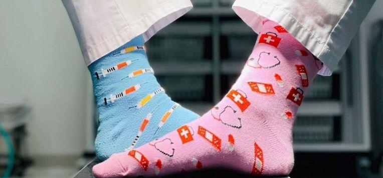 Jonge artsen 'pimpen' doktersoutfit met sokkenlijn en steunen goede doelen