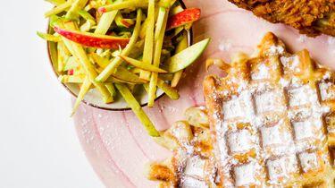 Op deze foto zie je chicken & waffles met appleslaw