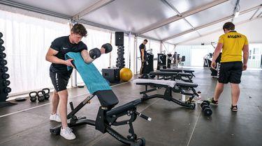 Een foto van sporters die gebruik maken van de fitness apparatuur in een tent bij sportcentrum Hoorn.