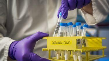 Een foto van buisjes met testen van coronabesmettingen
