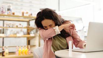 niezen in elleboog drie zoenen maatregelen coronamaatregelen
