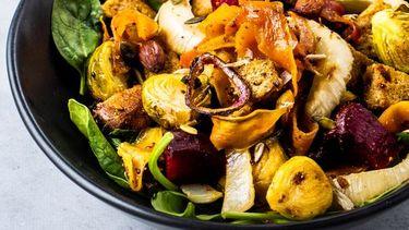 Winter-panzanella met rode biet, zoete aardappel en venkel