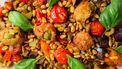 Op deze foto zie je caponata met kerstomaatjes en gefrituurde olijven
