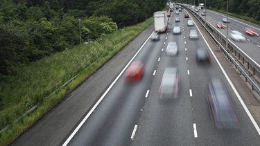 Op deze foto zie je een drukke snelweg