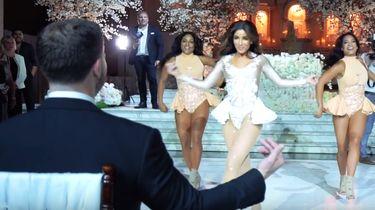 Sexy bruid zet weergaloze dans neer voor bruidegom