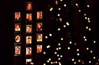 Een foto van foto's van de 14 doden van de brand van Volendam