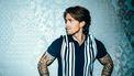Een foto van André Hazes met z'n handen in z'n zij