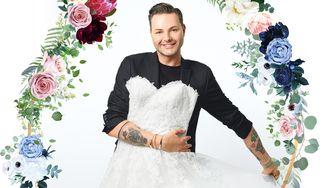 Een foto van Fred van Leer met een bruidsjurk