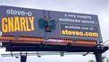 Steve-O met ducktape vastgeplakt op een billboard