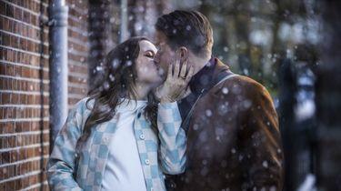 Een foto van Barbara Sloesen en Jelle de Jong, zoenend in de sneeuw