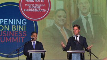 Minister-presidenten Mark Rutte (R) en Eugene Rhuggenaath tijdens de conferentie Bon Bini for Business, waaraan bedrijven uit het hele koninkrijk meedoen.