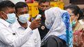 Een foto van het dragen van een mondkapje wat in Indonesië in maart al heel normaal was