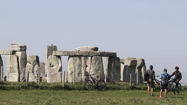 Een foto van enkele mensen die het monument van Stonehenge bewonderen