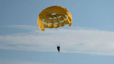 Parachutiste overleeft val van 1500 meter