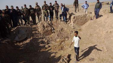 Eén van de vermoedelijk vijf massagraven in al-Bakara. Foto: AFP